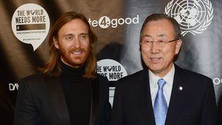 Le DJ Français David Guetta (à G.) avec le secrétaire général de l'ONUBan Ki-moon au siège de l'ONU à New York (Etats-Unis), le 22 novembre 2013. (EMMANUEL DUNAND / AFP)