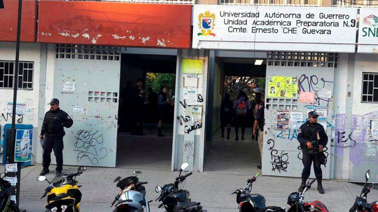 Des opérations de police devant des écoles d'Acapulco, le 8 janvier 2018, afin d'assurer la sécurité des lieux lors de la rentrée des classes. (ESPECIAL / NOTIMEX / AFP)