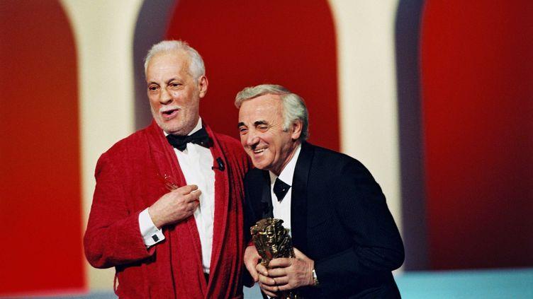 Michel Serrault (à gauche) remet un César d'honneur à Charles Aznavour, le 9 février 1997 à Paris. (MORRIS RAYMOND / SIPA)