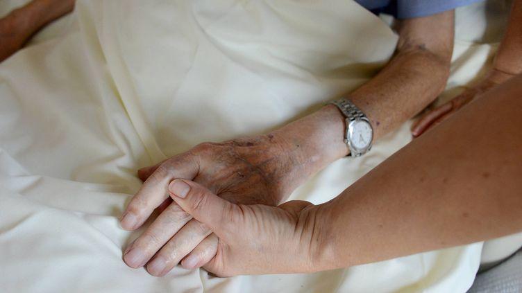 Du personnel prend en charge des patients en fin de vie. (Illustration). (MARC OLLIVIER / MAXPPP)