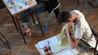 Un élève planche sur l'épreuve de philosophie du baccalauréat, lundi 17 juin 2013, au lycée Pasteur, à Strasbourg (Bas-Rhin). (FREDERICK FLORIN / AFP)