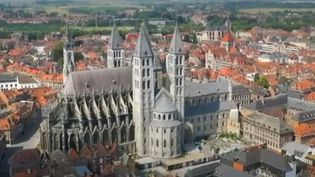 La cathédrale de Tournai est la plus imposante de Belgique. Elle a subi de nombreux dommages comme un incendie après la guerre et une tempête en 1999. (FRANCE 2)