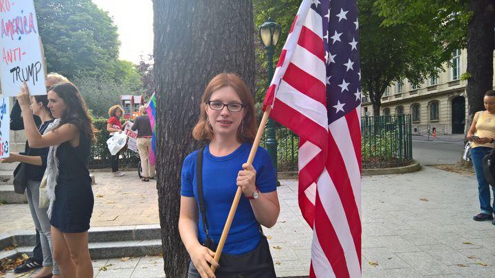 Rebecca vit depuis sept ans en France. Elle est venue exprimer son opposition à la politique de Donald Trump. (F. MAGNENOU / FRANCEINFO)