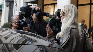 Laeticia Hallyday à la sortie d'un rendez-vous avec son avocat, avenue Montaigne à Paris, le 9 octobre 2018. (MEHDI TAAMALLAH / NURPHOTO / AFP)