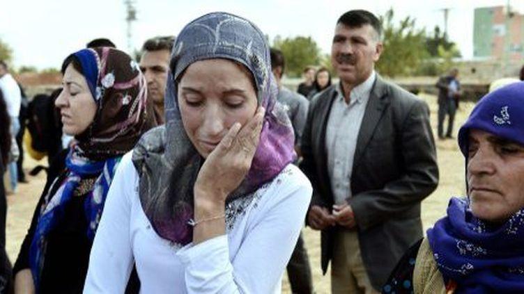 Suruc, Turquie, le 14 octobte2014. Emotion d'une femme kurde lors des obsèques de combattants de l'YPG (branche syrienne du PKK). Les combattants kurdes résistent aux hommes de l'EI dans la ville de Kobané, à proximité de la frontière turque. (La photo n'est pas liée au texte ci-dessous) (ARIS MESSINIS / AFP)