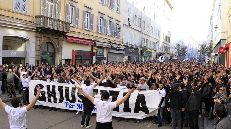 Des milliers de personnes défilent dans le calme à Bastia (PASCAL POCHARD-CASABIANCA / AFP)