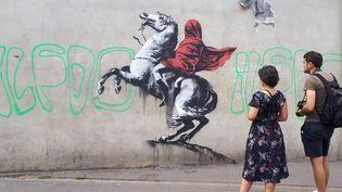 """Un œuvre de Banksy, réalisée vers le 23 juin 2018 à Paris, rappelant le tableau de David """"Bonaparte franchissant le Grand-Saint-Bernard"""". (STÉPHANIE BERLU / RADIO FRANCE)"""