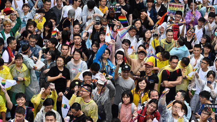 Des Taïwanais se réjouissent de la légalisation du mariage homosexuel dans leur pays, le 17 mai 2019. (SAM YEH / AFP)
