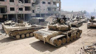 Des chars de l'armée syrienne s'approchent de Douma, dans la Ghouta orientale, le 8 avril 2018. (AFP)