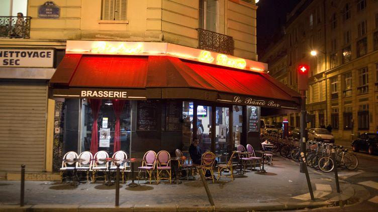 Une terrasse de café désertée, vendredi 20 novembre, dans le XIe arrondissement de Paris, une semaine après les attentats. (NICOLAS CARVALHO OCHOA / AFP)