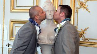 Parmi les premiers mariages homosexuels, celui d'Yves Lorentz et de Patrice Strub à Strasbourg en juin 2013 (PATRICK HERTZOG / AFP)