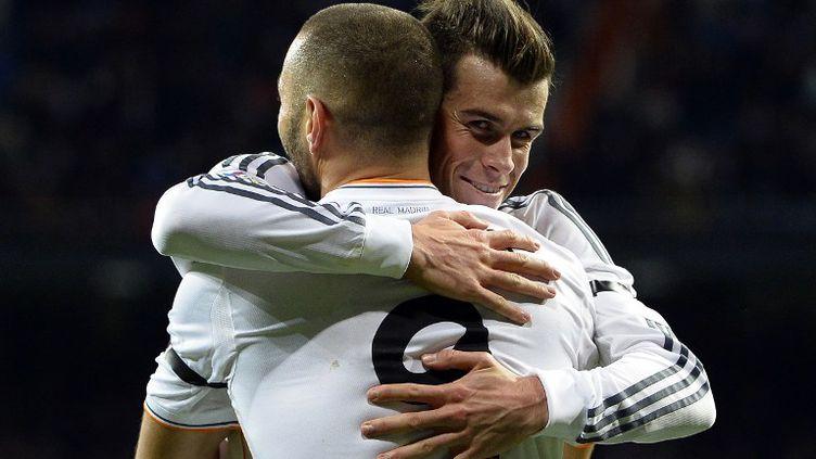 Gareth Bale félicite Karim Benzema d'avoir une nouvelle fois marqué.  (GERARD JULIEN / AFP)