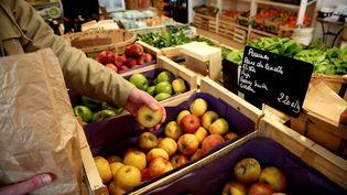 """Étal de l'épicerie paysanne """"Les Pissenlits"""" qui propose des fruits et légumes de saison, produits localement, à Marseille (Bouches-du-Rhône). (VALÉRIE VREL / MAXPPP)"""