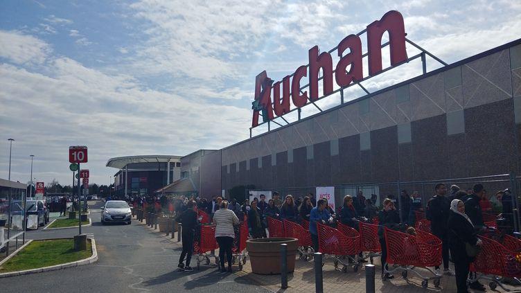 Accès filtrés au centre commercial Auchan de la sapinière à Laxou (Meurthe-et-Moselle), le 16 mars 2020. (MELVIN TURPIN / FRANCE-BLEU SUD LORRAINE)
