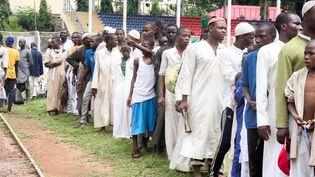 Des élèves, rescapés d'une école coranique où ils étaient torturés, font la queue pour de la nourriture dans un stade de Kaduna (Nigeria), le 27 septembre 2019. (AFP)