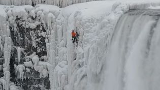 Will Gadd, un grimpeur canadien spécialiste des cascades de glace, a escaladé l'une des trois cascades des chutes du Niagara en partie gelées, le 27 janvier 2015. (BOB KOSHINSKI / YOUTUBE)