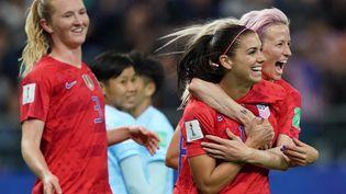 Les stars de l'équipe américaine Alex Morgan et Megan Rapinoe (à droite) lors de l'écrasante victoire des Etats-Unis contre la Thaïlande pour leur entrée dans la Coupe du monde 2019, mardi 11 juin à Reims. (LIONEL BONAVENTURE / AFP)