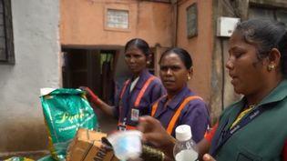 En Inde, ramasser les poubelles est devenu un moyen de s'élever dans la société. Ce sont des femmes de la caste des intouchables qui accomplissent cette tâche ingrate. (FRANCE 2)