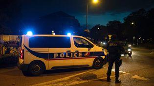 Des policiers français dans une rue d'Eragny le 16 octobre 2020, où un homme a été abattu par des policiers. Il était suspecté d'avoir décapité un homme plus tôt à Conflans-Sainte-Honorine. (ABDULMONAM EASSA / AFP)