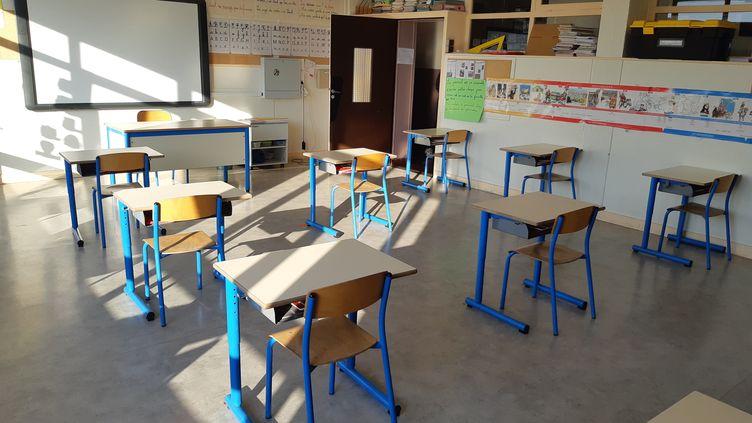 Réouverture de l'école Edouard Herriot à Neuilly-Plaisance (Seine-Saint-Denis) avec des bureaux espacés, le 14 mai 2020. (HAJERA MOHAMMAD / FRANCE-BLEU PARIS)
