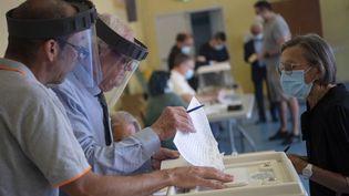 Des électeurs votent lors du second tour des municipales à Marseille le 28 juin 2020. (CHRISTOPHE SIMON / AFP)