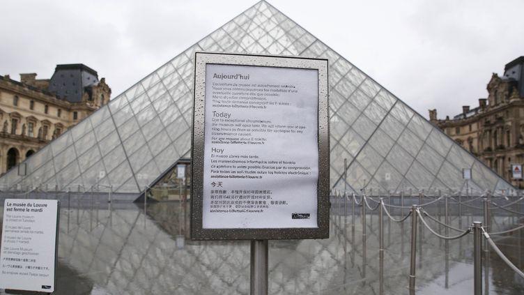Une pancarte annonce la fermeture du musée du Louvre le 2 mars 2020 à Paris. (GAO JING / XINHUA / AFP)