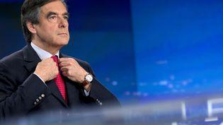 L'ancien Premier ministre François Fillon ajuste sa veste, avant une intervew dans le JT de TF1, le 9 novembre 2014. (KENZO TRIBOUILLARD / AFP)