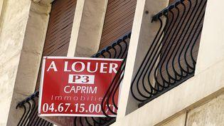 """Un panneau """"à louer"""" sur un appartement à Paris, le 17 août 2015 (illustration). (PASCAL GUYOT / AFP)"""