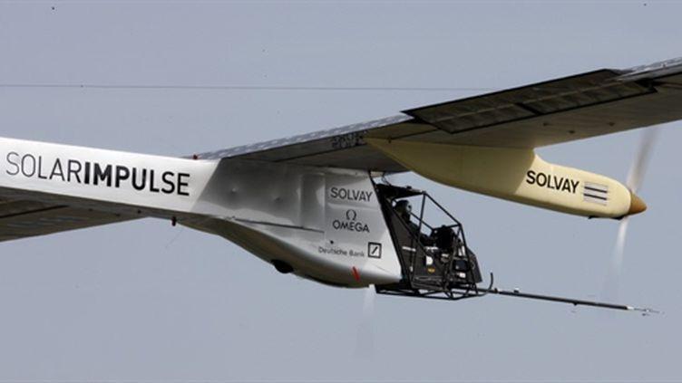 Le premier vol du protype solaire, Solar Impulse, le 7 avril 2010, dans le ciel suisse. (AFP/POOL/CHRISTIAN HARTMANN)