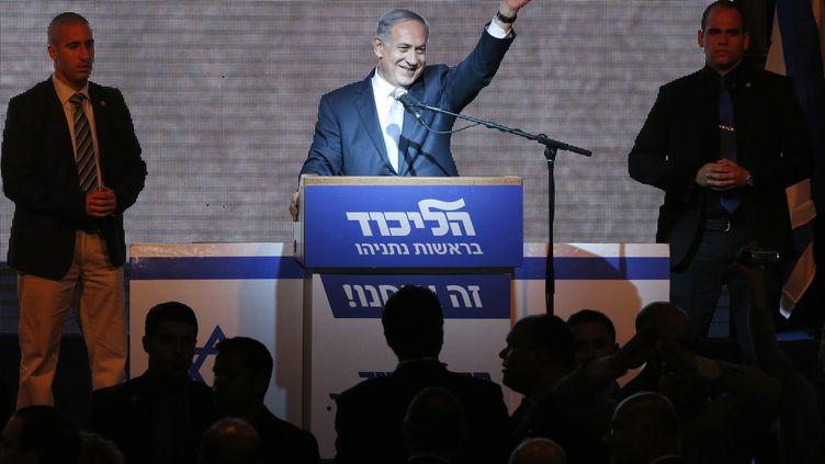 Le Premier ministre sortant, Benyamin Nétanyahou, salue la foule après sa victoire aux élections législatives, le 17 mars 2015, à Tel-Aviv (Israël). (JACK GUEZ / AFP)