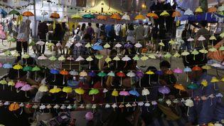 Des parapluies en origami, accrochés par des militants prodémocratie à Hong Kong, lundi 26 octobre 2014. (BOBBY YIP / REUTERS )