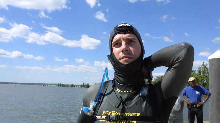 """Benoît Lecomte se prépare à une """"nage de la liberté"""" de Washington à New York, le 11 septembre 2002. (MANNY CENETA / AFP)"""