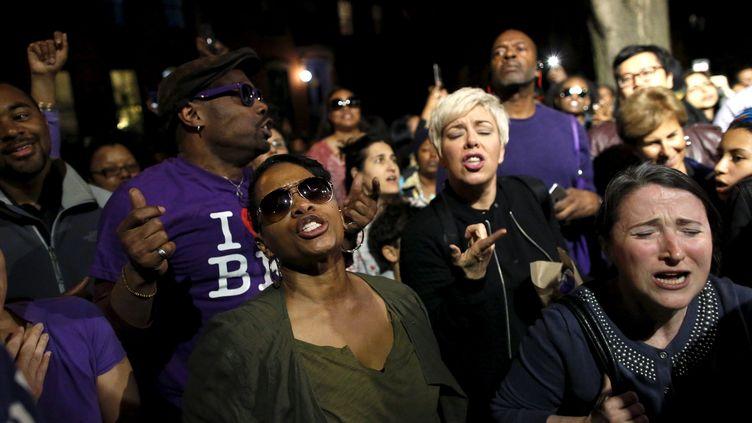 Des fans dansent dans les rues de New York lors d'une fêteorganisée par le réalisateur Spike Lee en hommage à Prince, le 21 avril 2016. (ANDREW KELLY / REUTERS)