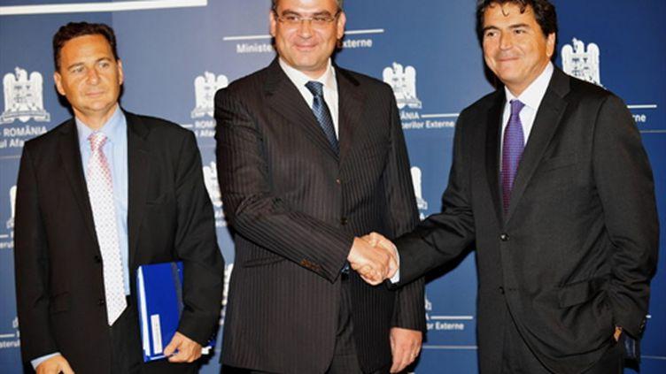 Eric Besson, le chef de la diplomatie roumaine Teodor Baconschi et Pierre Lellouche à Bucarest le 9 septembre 2010 (AFP / Daniel Mihailescu)