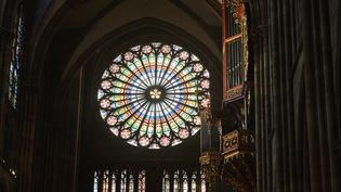 L'orgue et la nef de la cathédrale de Strasbourg (Bas-Rhin), le 10 avril 2015. (PATRICK HERTZOG / AFP)