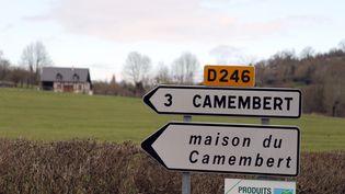 Un panneau de signalisation indique la direction de la ville de Camembert (Orne), le 11 avril 2013 à Vimoutiers (Orne). (CHARLY TRIBALLEAU / AFP)