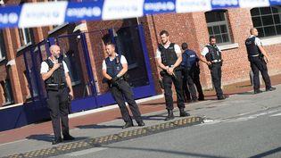 Des policiers sécurisent le périmètre de l'hôtel de police de Charleroi (Belgique), le 6 août 2016. (VIRGINIE LEFOUR / BELGA / AFP)
