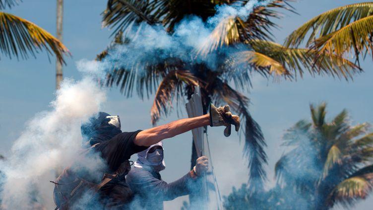Des manifestants devant l'hôtel de Rio de Janeiro, au Brésil, où a été signé un important contrat pétrolier, lundi 21 octobre 2013. (CHRISTOPHE SIMON / AFP)
