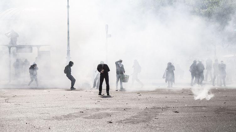 La place de la Nation, à Paris, sous les gaz lacrymogènes, après la manifestation contre la loi Travail, le 26 mai 2016. (YANN CASTANIER / HANS LUCAS / AFP)