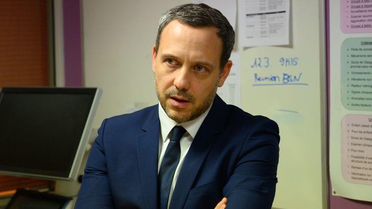 Lesecrétaire d'Etat chargé de la Protection de l'enfance, Adrien Taquet, visite les urgences pédiatriques du CHU de Nantes (Loire-Atlantique), le 20 février 2020. (ESTELLE RUIZ / NURPHOTO / AFP)