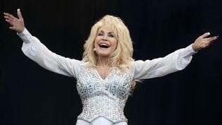 La chanteuse Dolly Parton sur scène le 29 juin 2014 au festival de Glastonbury, en Grande-Bretagne (WILL OLIVER / EPA / MaxPPP)