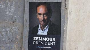 """Une affiche """"Zemmour président"""" collée à Paris. (ARNAUD JOURNOIS / MAXPPP)"""