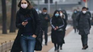 Des personnes portant des masques à Pékin, en Chine, le 9 mars 2020. (KOKI KATAOKA / YOMIURI /AFP)