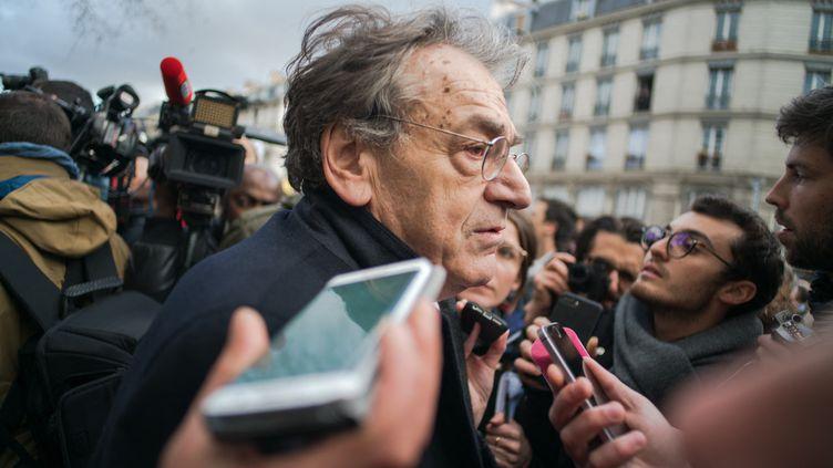 L'essayiste Alain Finkielkraut dans les rues de Paris, le 28 mars 2018. (SIMON GUILLEMIN / HANS LUCAS)