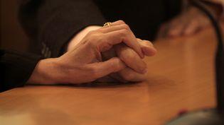 Un couple de personnes âgées se tient par la main. Photo d'illustration. (QUIM LLENAS / COVER)