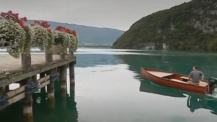 Le charpentier de marine Cyril Puccia à bord de sa barque en bois sur le lac d'Annecy (Haute-Savoie). (france 3)