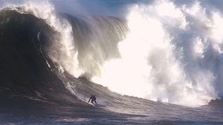 """Une image extraite du documentaire sur le surf """"Dompteurs de Géants"""" de Cédric Molle-Laurençon.  (Saisie écran / Cédric Molle-Laurençon)"""
