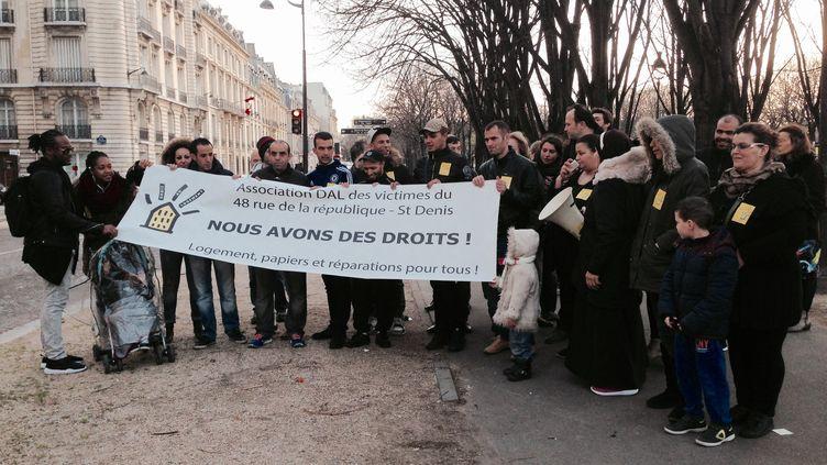 Rassemblement des habitants des immeubles touchés par l'assaut de Saint-Denis, le 23 décembre 2015 devant le ministère des Affaires étrangères (Paris). (CAMILLE ADAOUST / FRANCETV INFO)