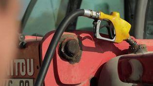 Le gouvernement va annoncer dans les prochains jours des aides pour les ménages face à la flambée des prix du carburant. Les équipes de France Télévisions sont parties à la rencontre des Français qui travaillent avec leurs véhicules. (CAPTURE ECRAN FRANCE 2)
