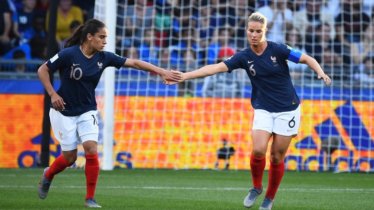 Amel Majri est désormais éloignée d'Amandine Henry en équipe de France (FRANCK FIFE / AFP)